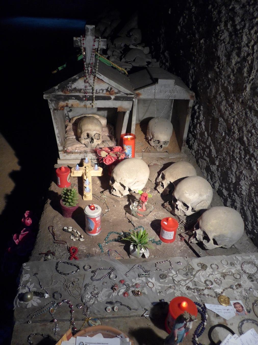 Offrandes votives dans le cimetière de Naples, Italie. 15 septembre 2018. Photo Renée de la Torre.
