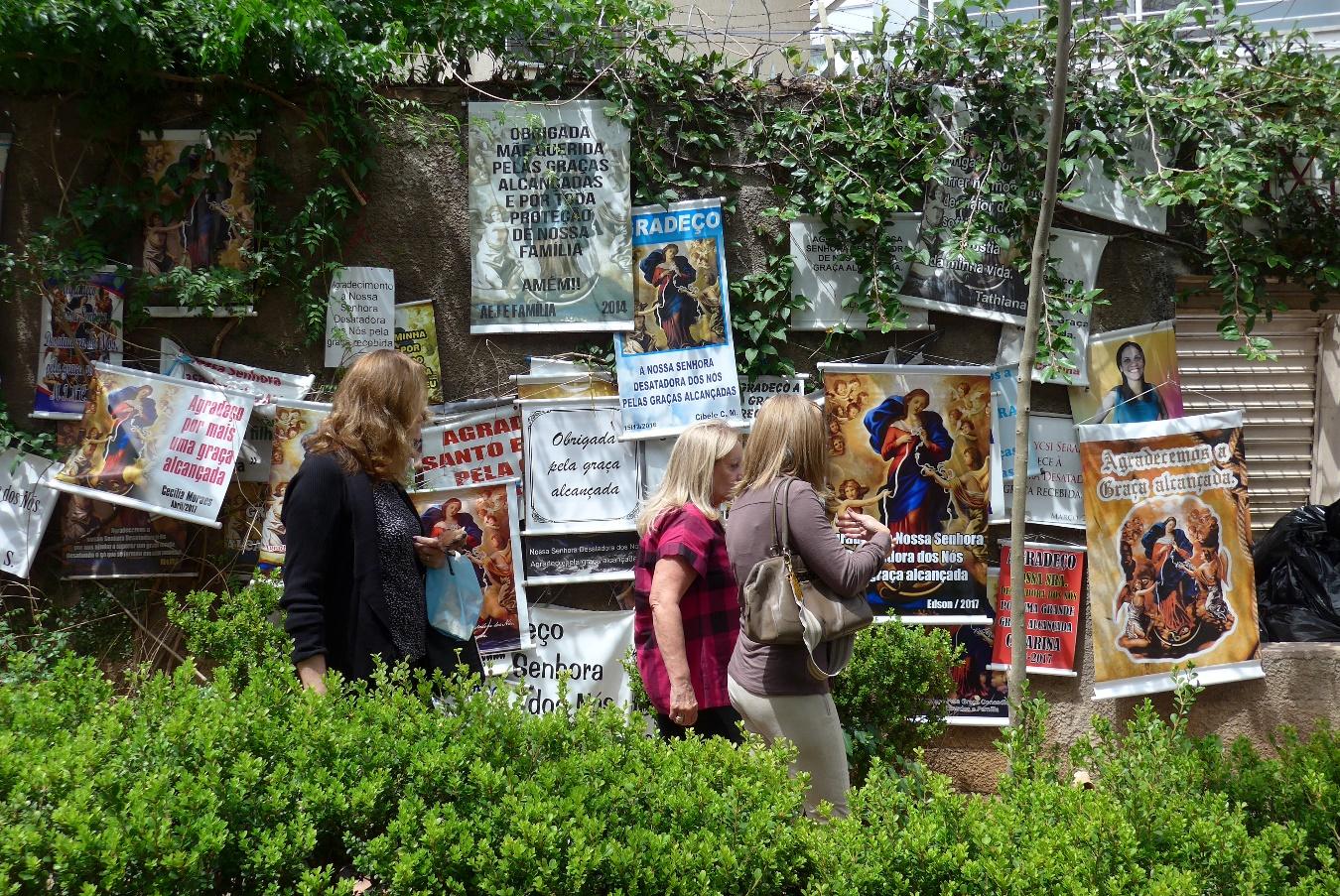 Ex-voto sur le trottoir du sanctuaire de Notre Dame des Nœuds, Campina, Brésil, 3 octobre 2017. Photo Renée de la Torre.
