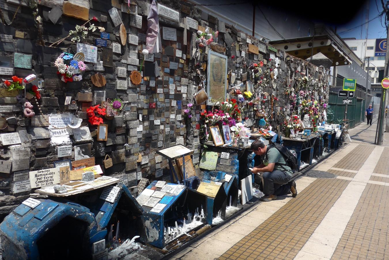 Mur d'ex-voto à l'animita[1] de Romualdito, Santiago du Chili, 17 novembre 2018 . Photo Renée de la Torre.