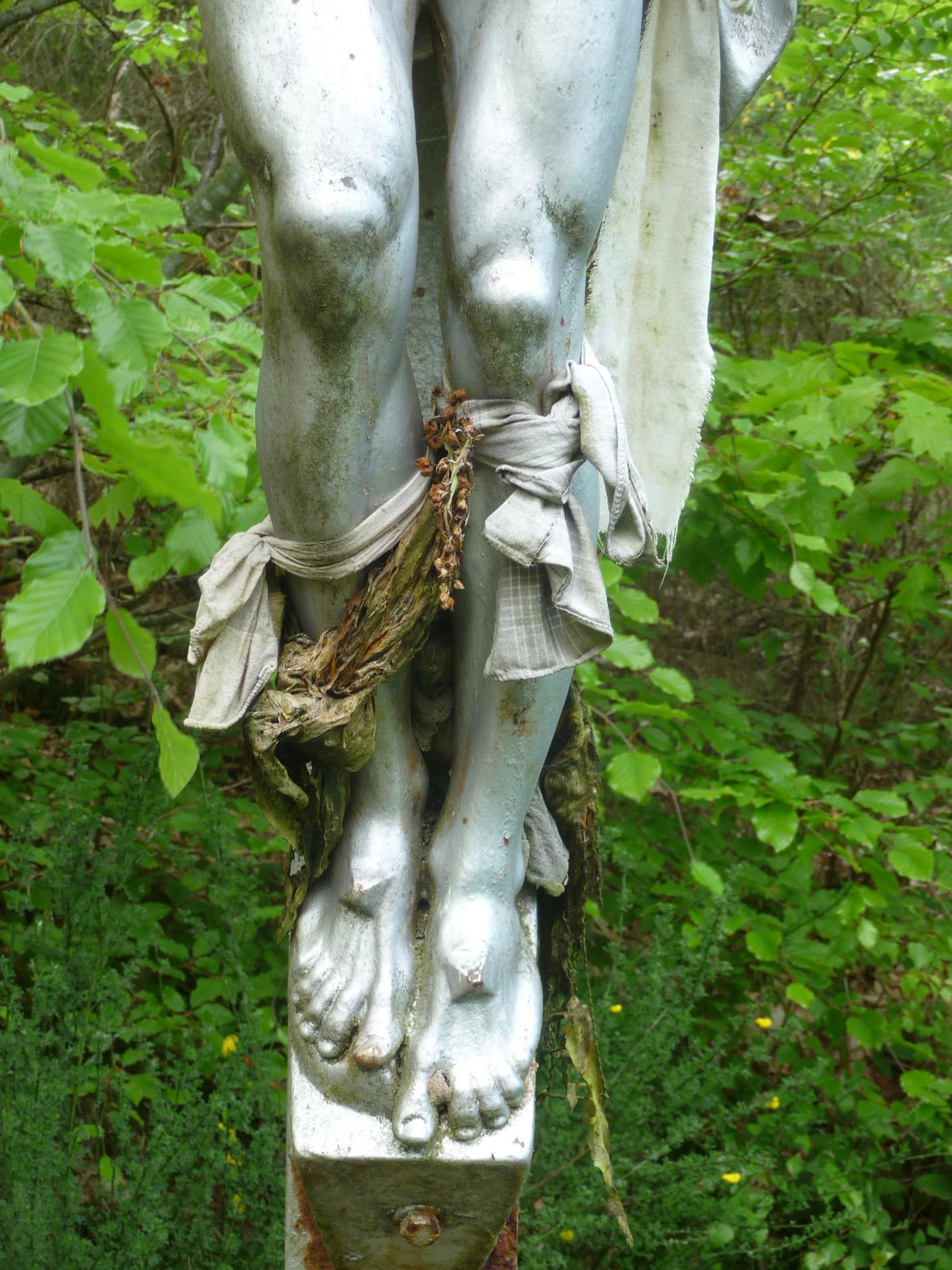 Linges sur une statut du Christ, à la fontaine Saint-Europe. Crédits J.-P. Cavaillé